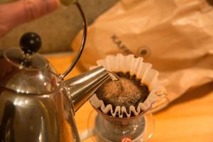 Vannet fordeles jevnt i kaffen